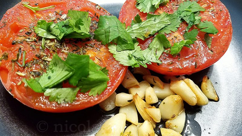 Tomates à la provençale: seared tomatoes with herbs and garlic