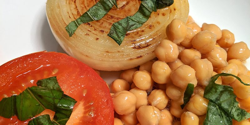 Oil-free steamed tomato onion with garbanzo beans