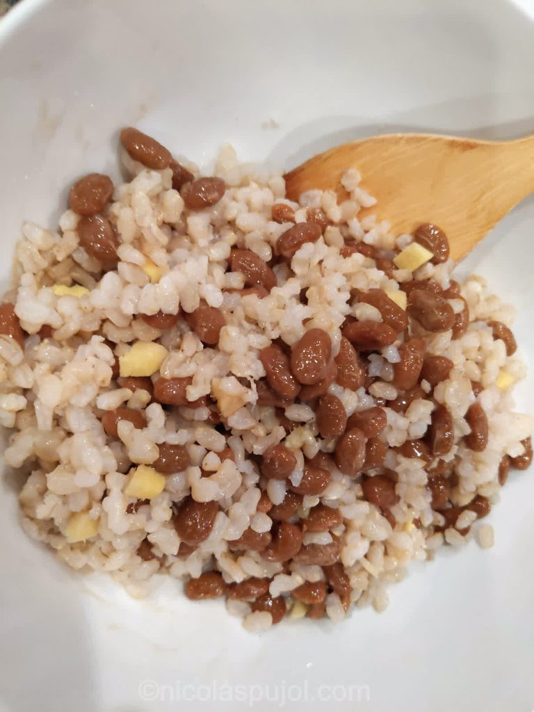Mix in ginger with brown rice and natto
