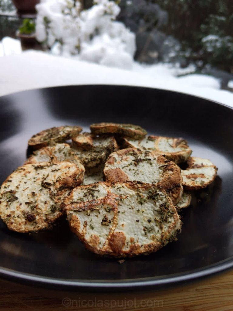 Nagaimo appetizer chips with ground pepper and dry herbs
