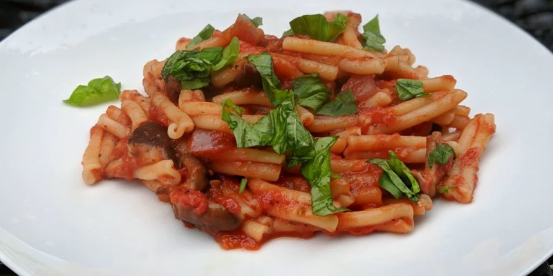 Easy vegan pasta in tomato sauce