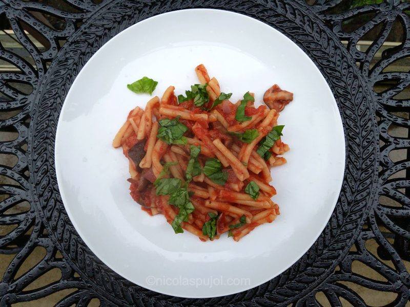 Vegan pasta in marinara sauce (oil-free)