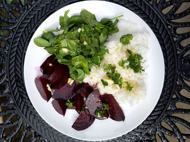 Low-fat rice, beets and spinach with orange garlic dressing